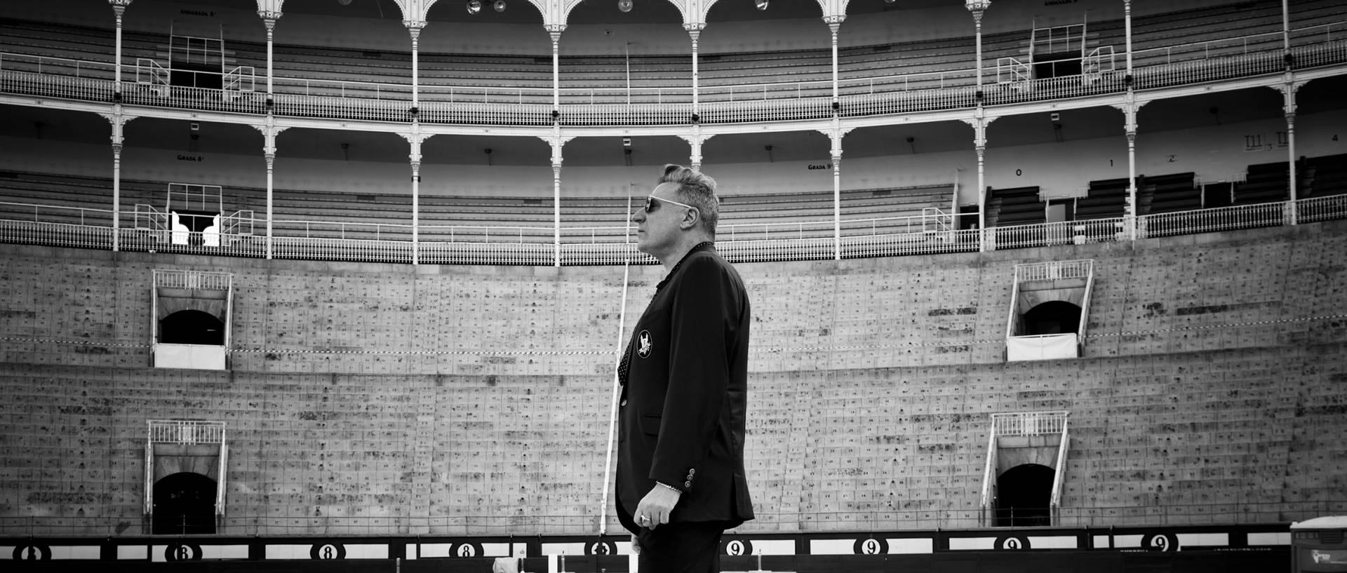 El cantante Loquillo posa en la plaza de toros de Las Ventas.