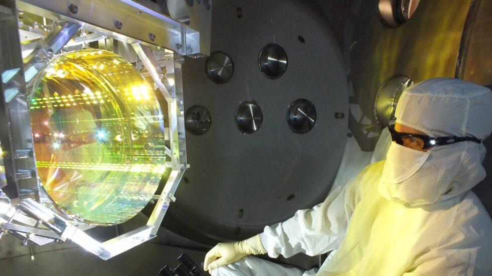 Un técnico inspecciona uno de los espejos del LIGO