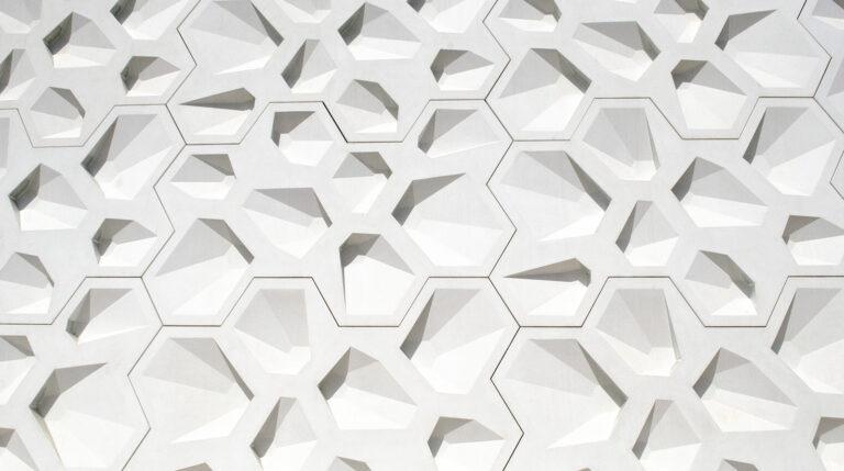 La fachada es un mosaico compuesto por 1.319 huecos hexagonales que por la noche se convierte en una pared lumínica de cien metros de longitud. Foto: RealitiesUnited