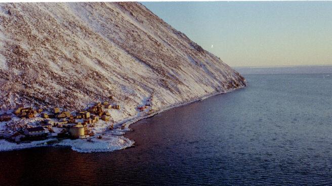Vista aérea de la localidad de Diomede, la última frontera entre Estados Unidos y Rusia.