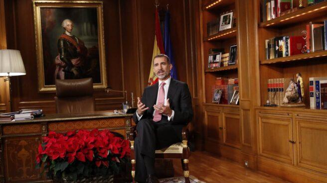 El Rey Felipe, en su despacho, durante su discurso de Nochebuena.