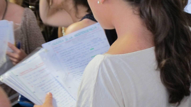 Una joven realiza un examen.