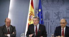 Luis de Guindos, Íñigo Méndez de Vigo y Cristóbal Montoro, tras el Consejo de Ministros.