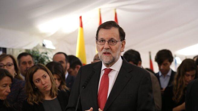 Mariano Rajoy responde a los periodistas a su llegada al Congreso.