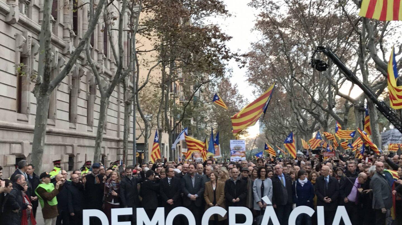 Cargos independentistas muestran su apoyo a Forcadell a la entrada del TSJC.