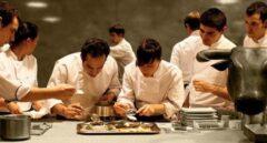 Ferrán Adriá y su equipo en las cocinas de elBulli.