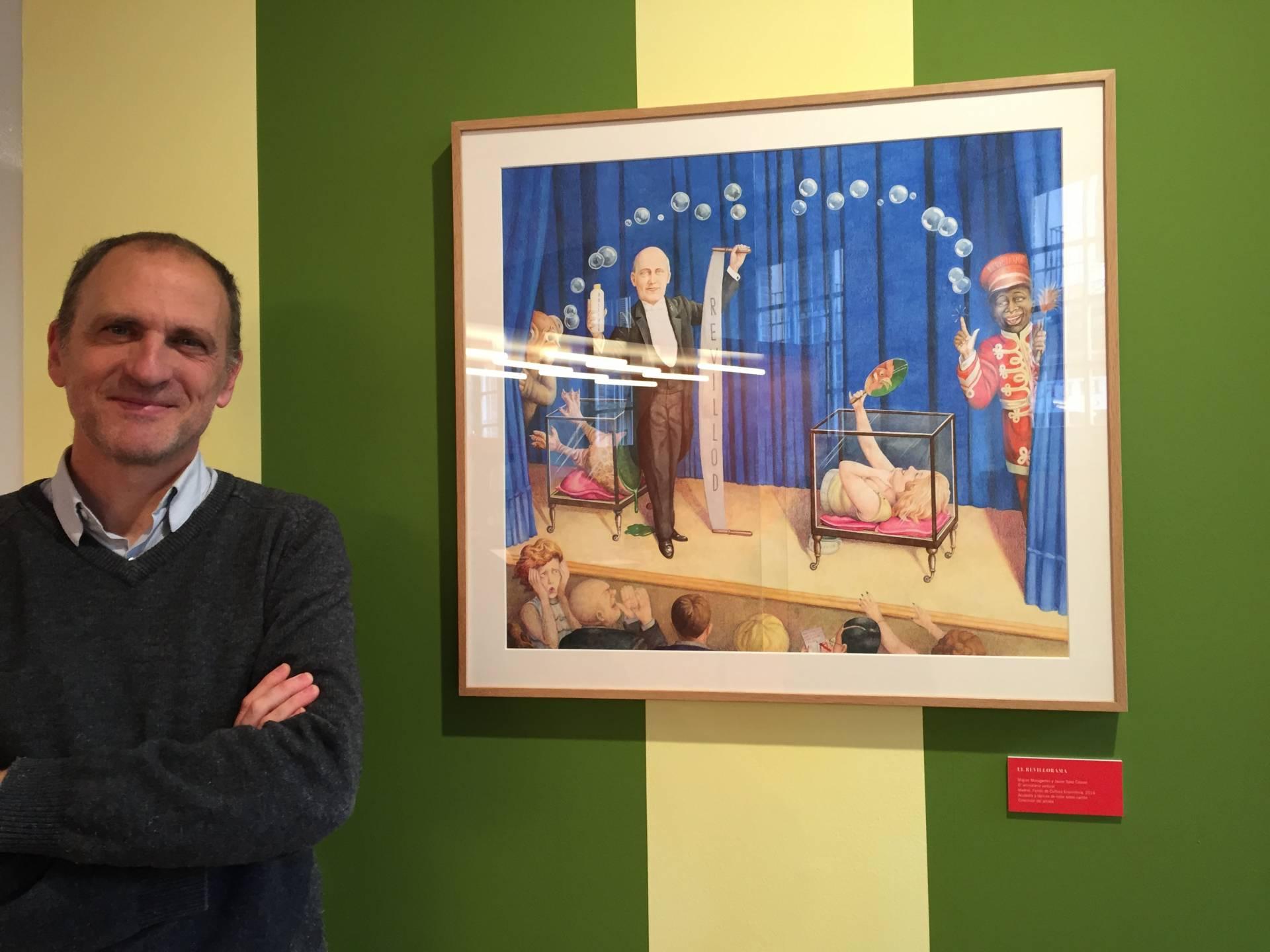 Javier Sáez Castán junto a una ilustración de su libro 'Animalario vertical'.