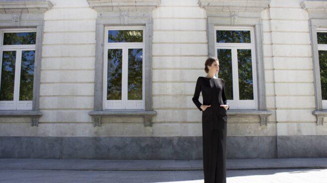 Vestido largo de neopreno con cortes verticales delanteros que finalizan en una abertura original, estilizando la figura y que contrastan con relevantes bolsillos para aportar aun más modernidad, de Impúribus.