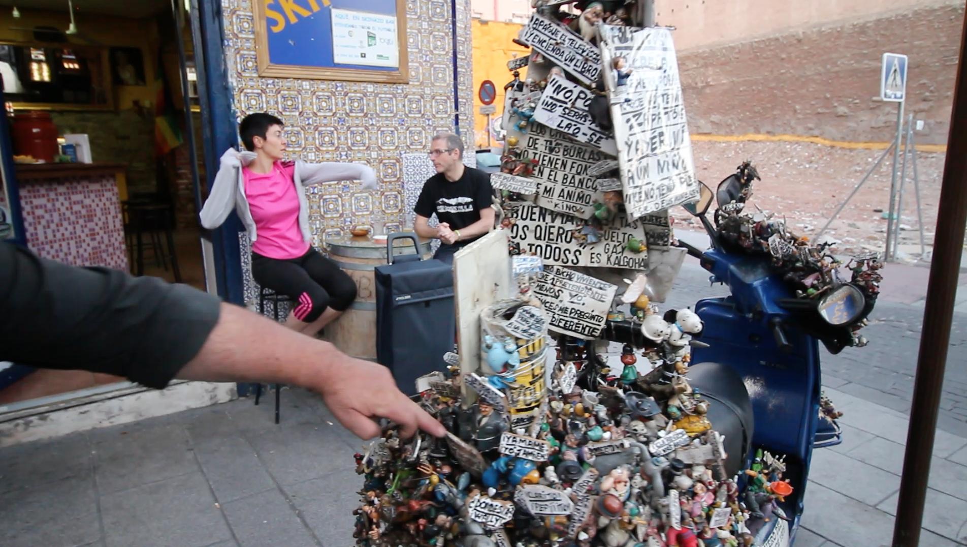 Jeús, 'El Vaquero', con su moto en la plaza del Campillo del Mundo Nuevo.
