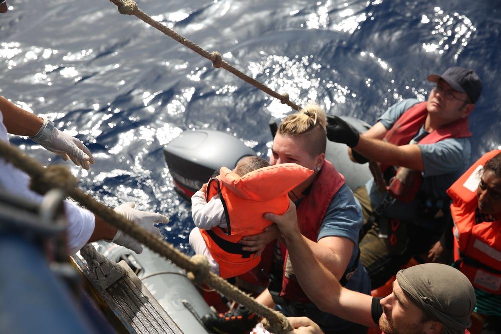 Un niño sudanés de 6 meses es rescatado por voluntarios alemanes.