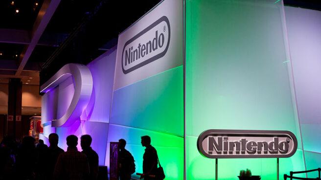 Visitantes ante un stand de Nintendo en una feria de videojuegos.
