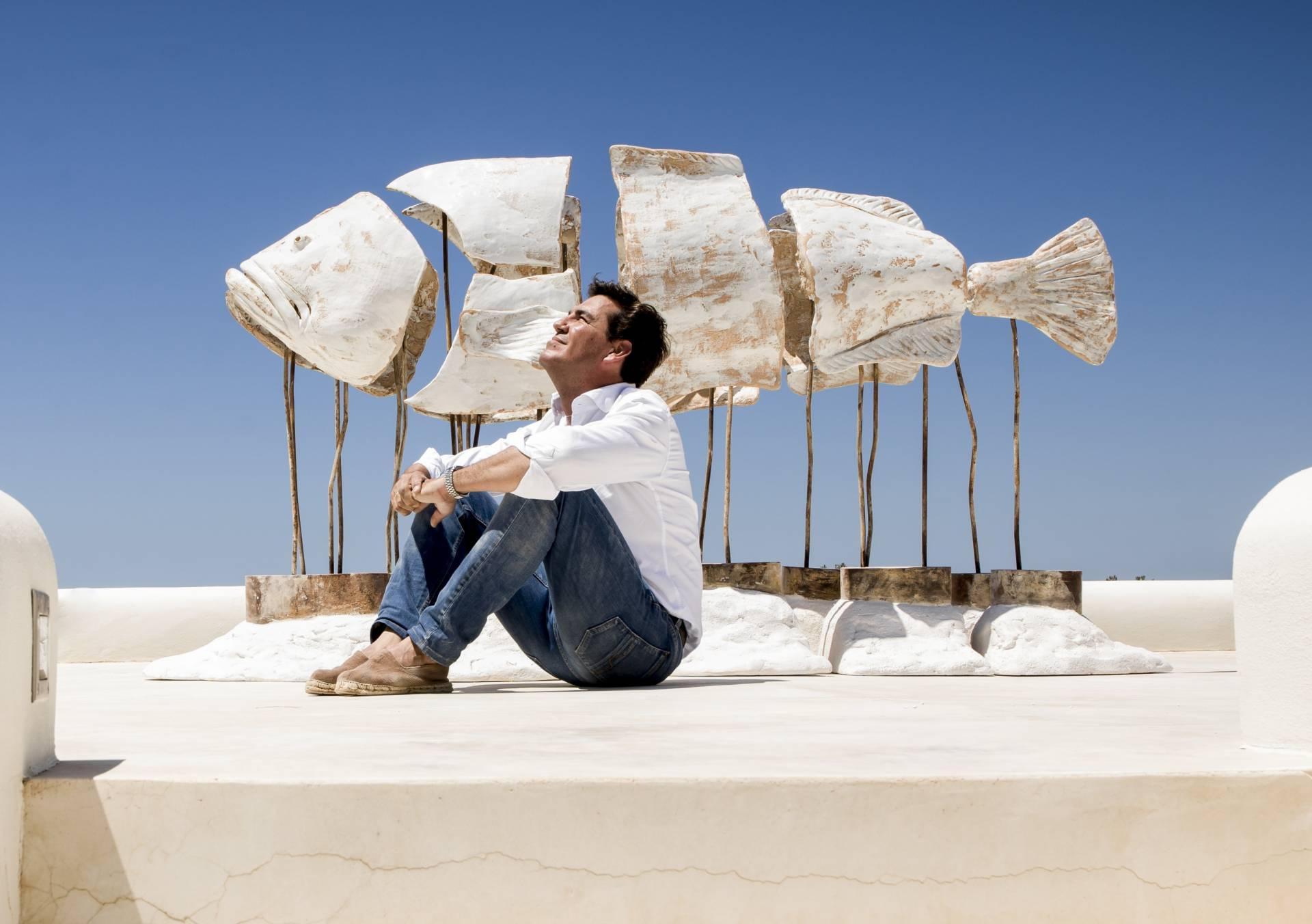 Pepe Monserrate delante de su obra 'Solitario'.