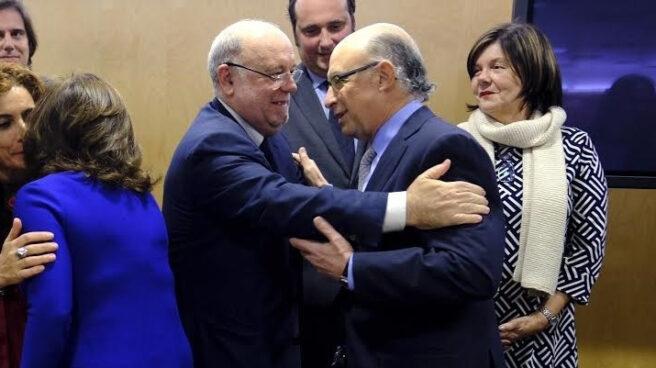 El ministro de Hacienda, Cristóbal Montoro, saluda al Consejero de Hacienda de Cantabria Juan José Sota.