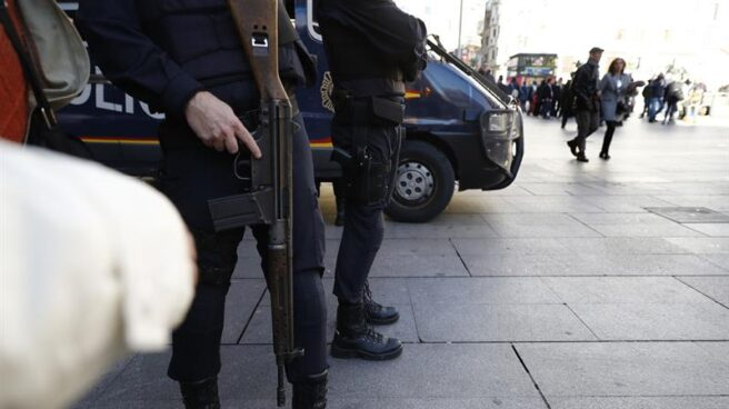 Agentes de la Policía Nacional, patrullando en la céntrica Plaza del Callo de Madrid.