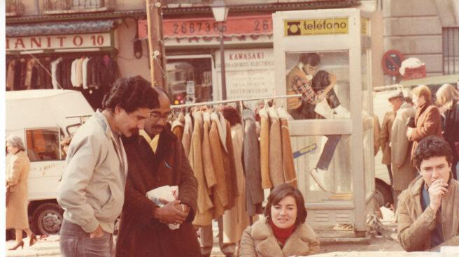 Alberto Gómez Font y su hermana Pilar en el puesto.
