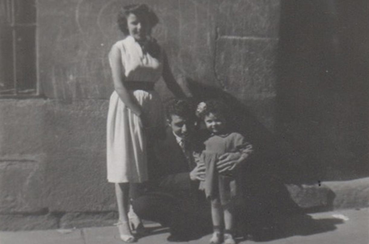Mari Luz Mejías y sus padres delante de su casa en la calle Abades.