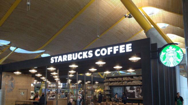 Local de Starbucks en la Terminal 4 del Aeropuerto Madrid-Barajas Adolfo Suárez.