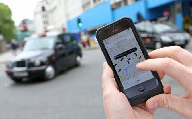 Un usuario solicita un vehículo de Uber en Londres.