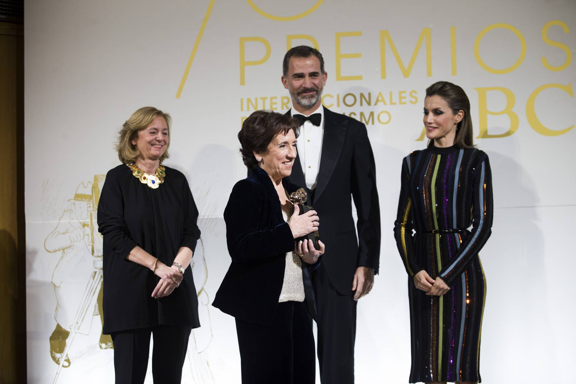 Victoria Prego recoge el premio Luca de Tena junto a los Reyes y Catalina Luca de Tena, editora de ABC.