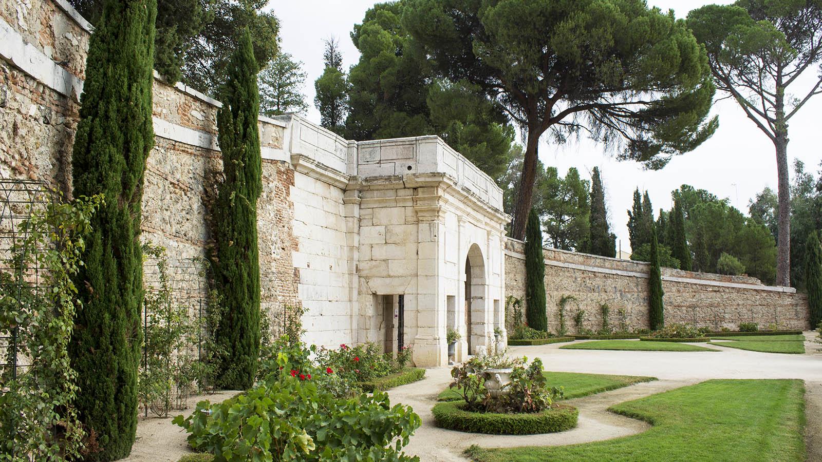 Bodega de Carlos III. Por esta entrada neoclásica se inician las visitas guiadas a la bodega. Da acceso a las galería subterránea.