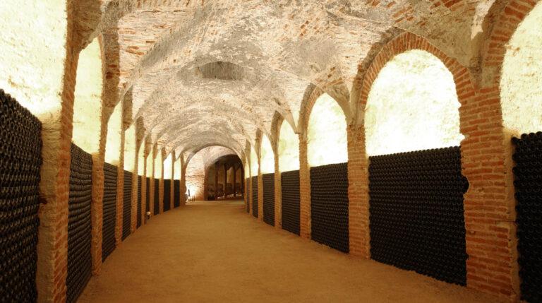 Bodega de Carlos III. El ramal principal y de mayor longitud estaba dedicado inicialmente a conservar el vino. Bajo los arcos estaban las tinajas. En la actualidad su espacio lo ocupan las añadas de los vinos embotellados.
