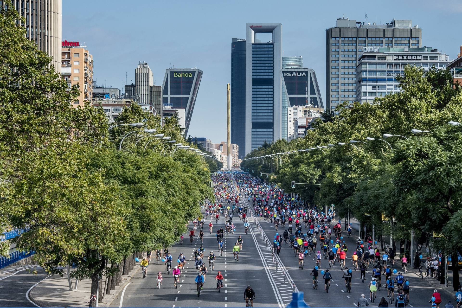 Miles de ciclistas en el Paseo de la Castellana durante la Fiesta de la Bici-Movistar, en octubre pasado.
