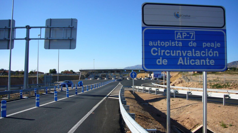 Cartel en la Circunvalación de Alicante, una de las radiales quebradas en España.