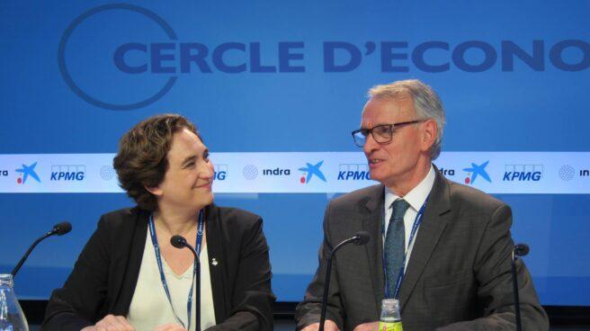 La alcaldesa de Barcelona, Ada Colau, junto a Antón Costas.