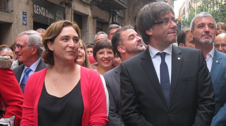 La alcaldesa de Barcelona, Ada Colau, y el presidente de la Generalitat, Carles Puigdemont.