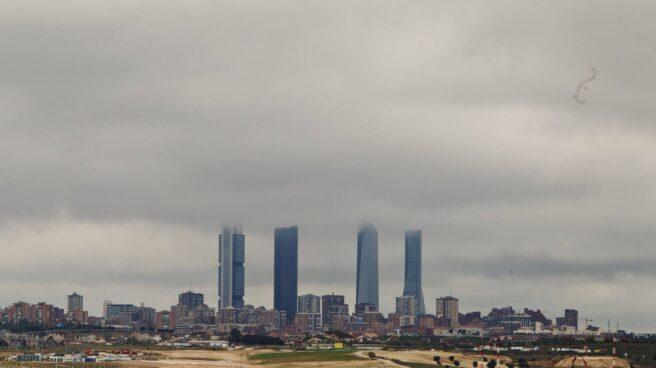 Las cuatro torres de Madrid rodeadas de viviendas. Imagen de 2012.