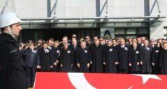 Erdogan y otras autoridades asisten al funeral por los policias fallecidos.