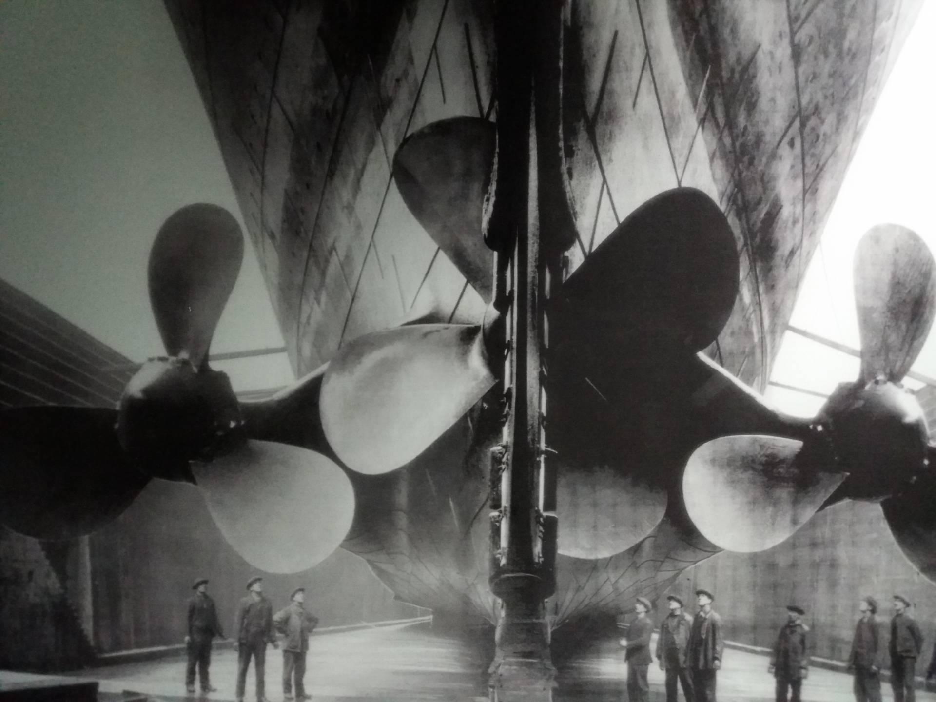 Una imagen del Titanic antes de ser botado. Sus inmensas hélices, con palas de siete metros, comparadas con los constructores dan una idea de su grandiosidad.