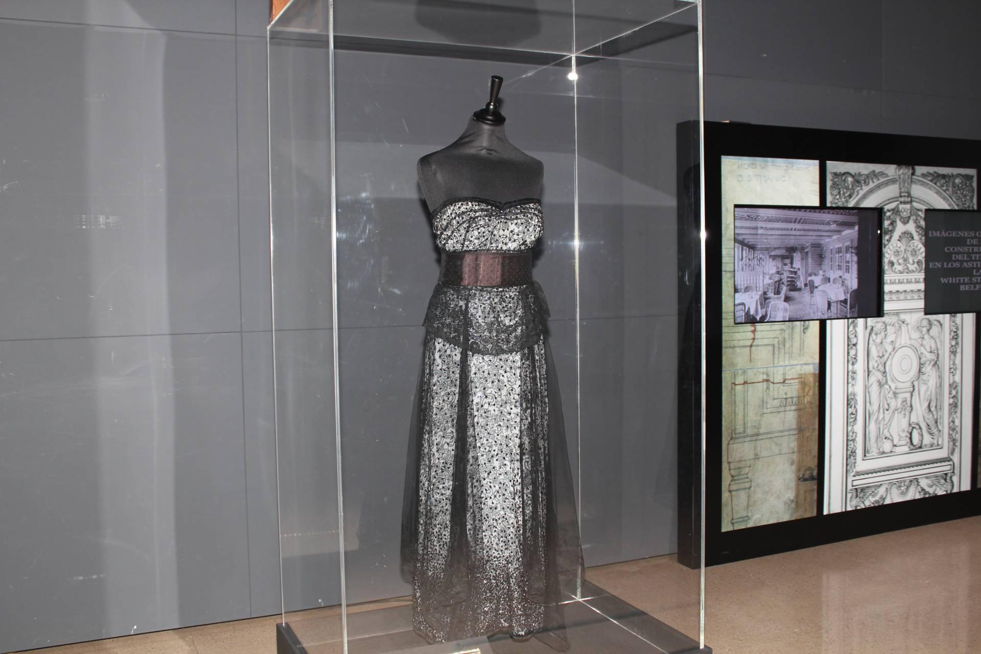 La exposición muestra la vestimenta de gala original y objetos personales de algunos pasajeros.