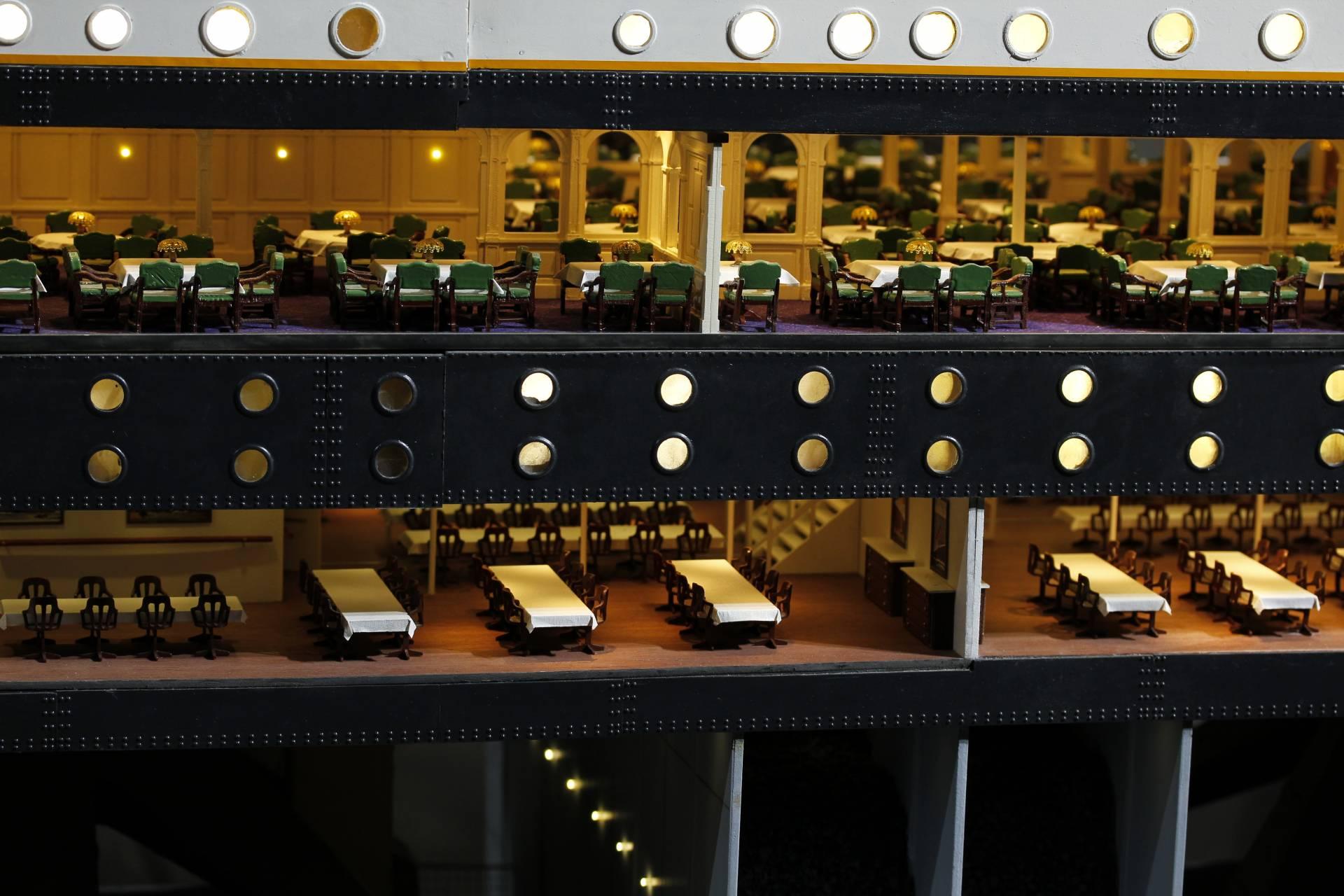 Una vista de los comedores del Titánic. Arriba los de primera clase y abajo, los de segunda.