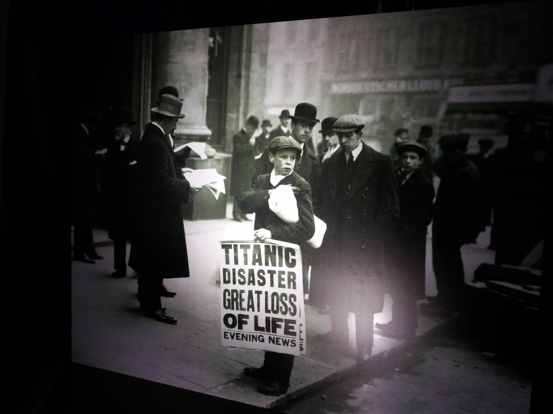 Un vendedor de periódicos anuncia en Londres, en 1912, el hundimiento del Titanic.