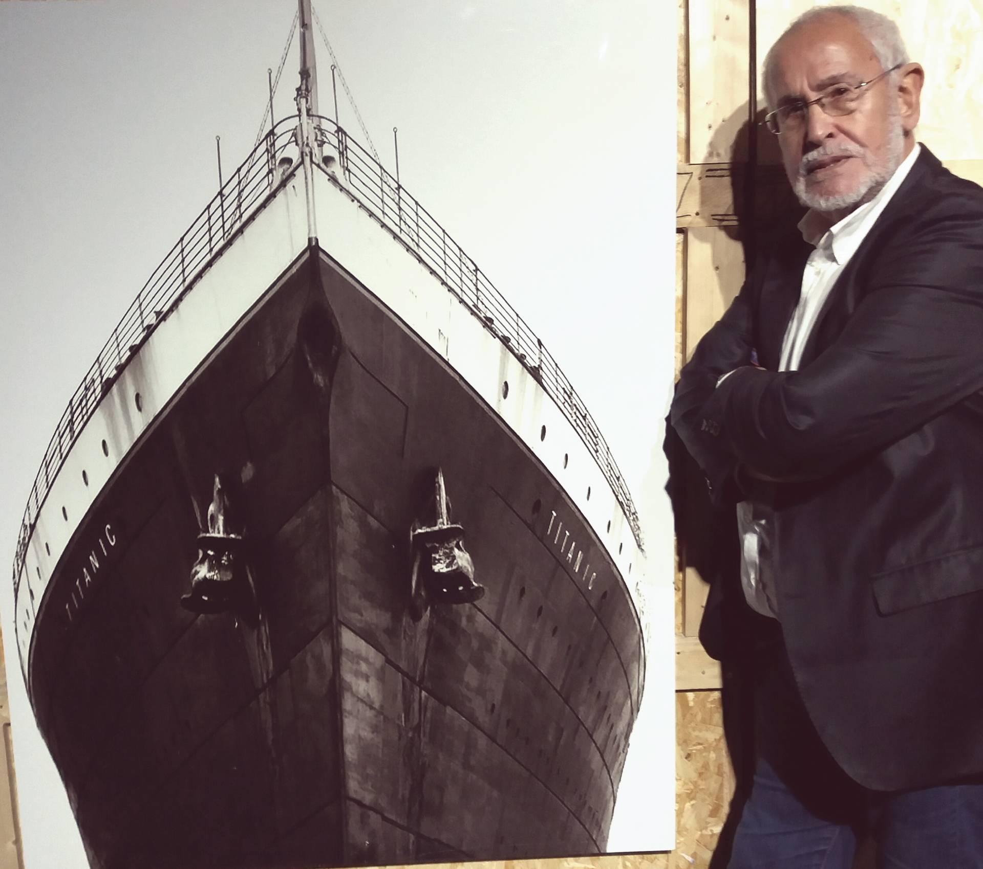 Jesus Ferreiro, presidente de la Fundación Titanic, posa junto a una imagen de la proa del Titanic.