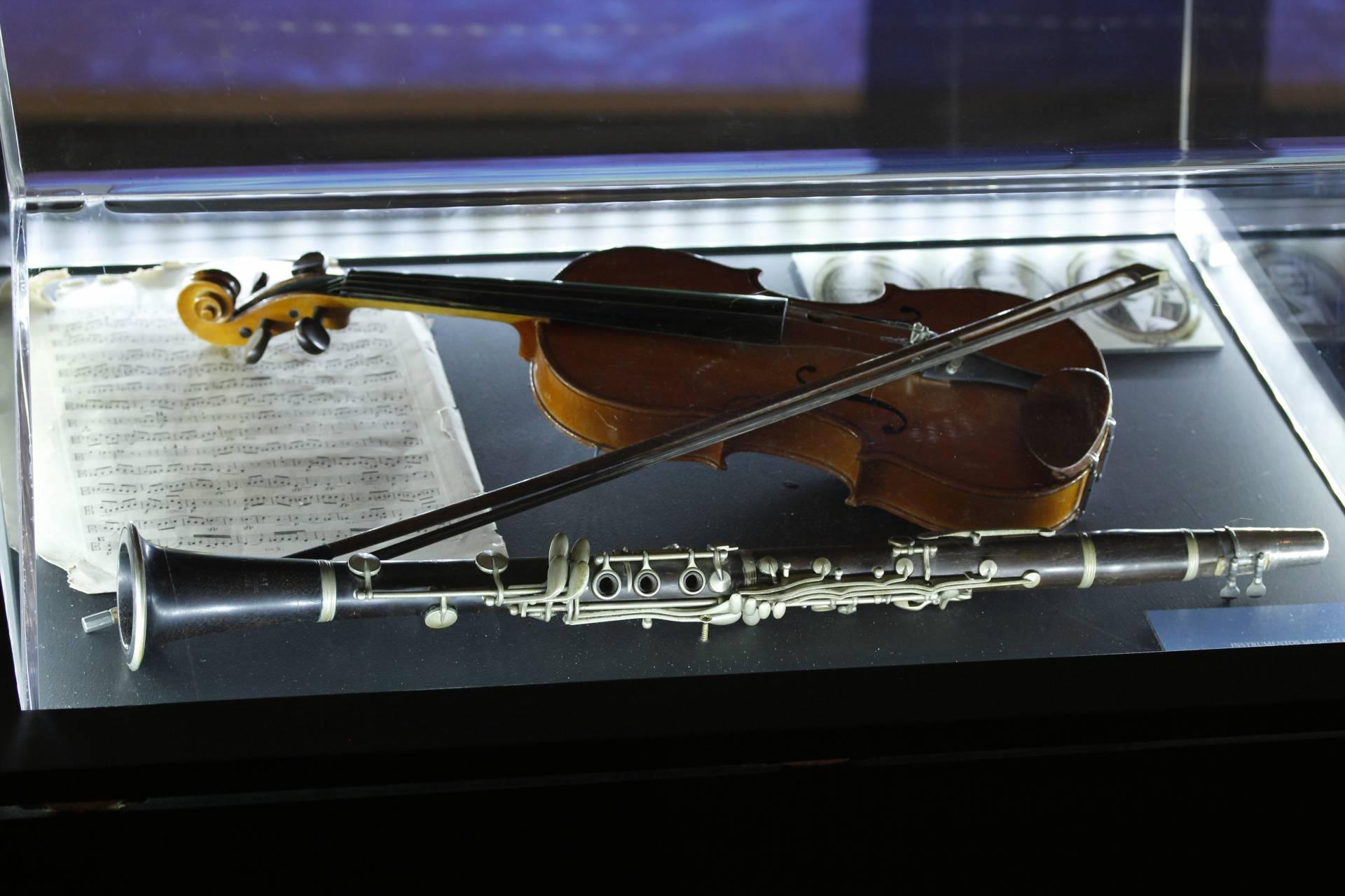 En la vitrina se muestran un violín y un clarinete que pertenecieron a los miembros de la orquesta. Músika-Música