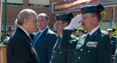 El ex ministro Jorge Fernández Díaz saluda a Pablo Martín Alonso, nuevo DAO de la Guardia Civil.