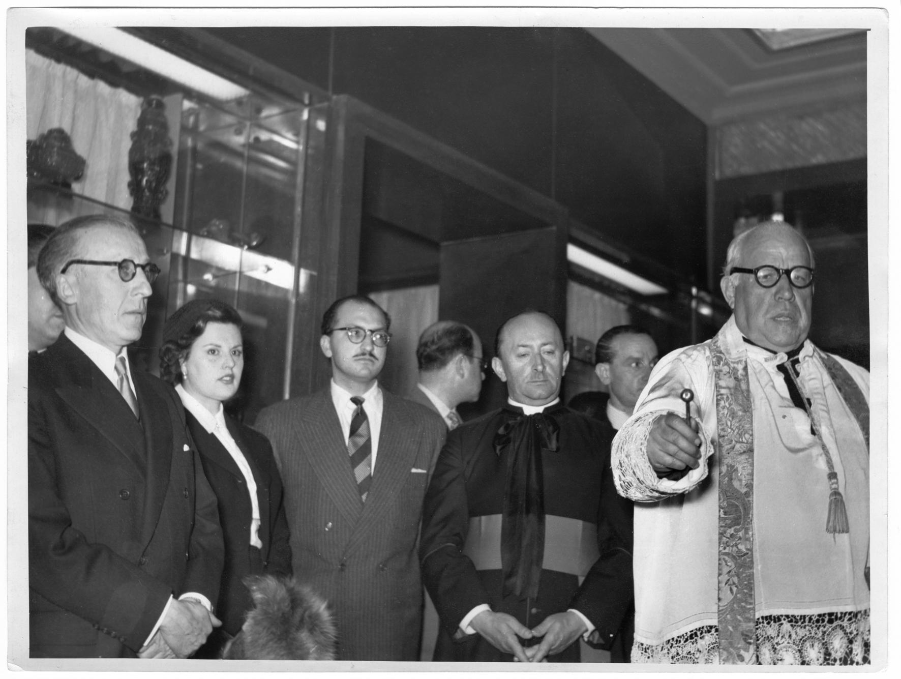 Oficios religiosos en la inauguración de la tienda de la madrileña Gran Vía, 1.