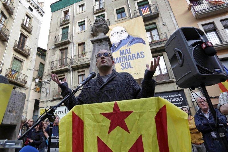"""GRA365. VIC (BARCELONA), 24/10/2016.- El regidor de la CUP, Joan Coma, quien ha ignorado hoy la citación de la Audiencia Nacional para ir a declarar por un delito de """"sedición"""", agradece el apoyo ciudadano que ha recibido esta tarde en Vic (Barcelona). EFE/Susanna Sáez APOYO CIUDADANO AL CONCEJAL JOAN COMA (CUP) EN VIC"""