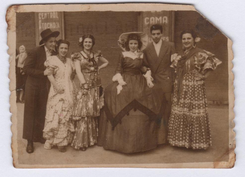 Mari Luz Mejías vestida de menina en unas fiestas de Carnaval de La Latina a finales de los 40.