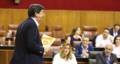 Susana Díaz escucha al portavoz de Ciudadanos en el Parlamento andaluz, Juan Marín, durante un pleno.