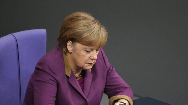 La canciller alemana, Angela Merkel, utilizando su teléfono.