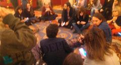 Pablo Iglesias, en un corrillo en el suelo con periodistas en el Congreso de los Diputados.