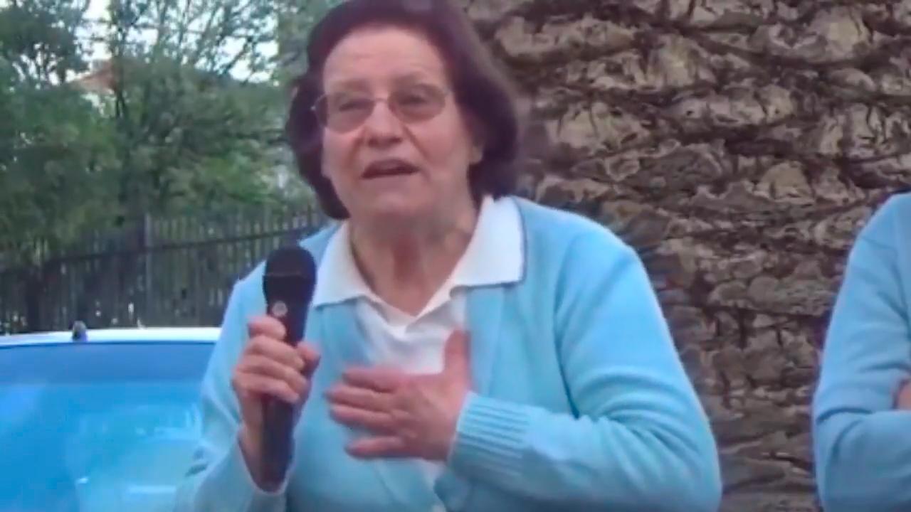 La 'abuela de Podemos' durante su intervención en el acto de campaña de Podemos en junio.