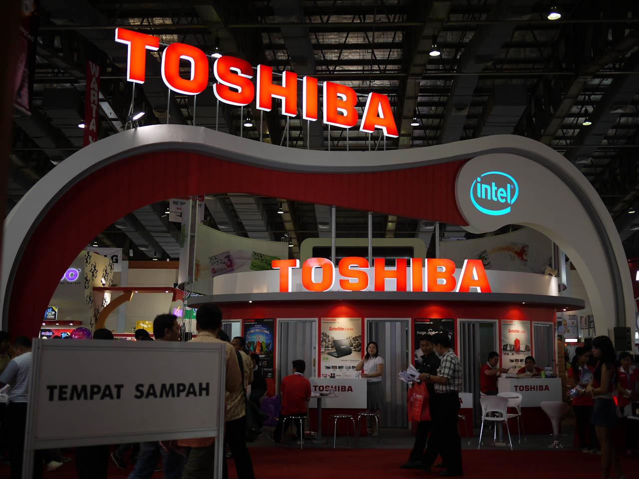 Stand de Toshiba en una feria tecnológica.