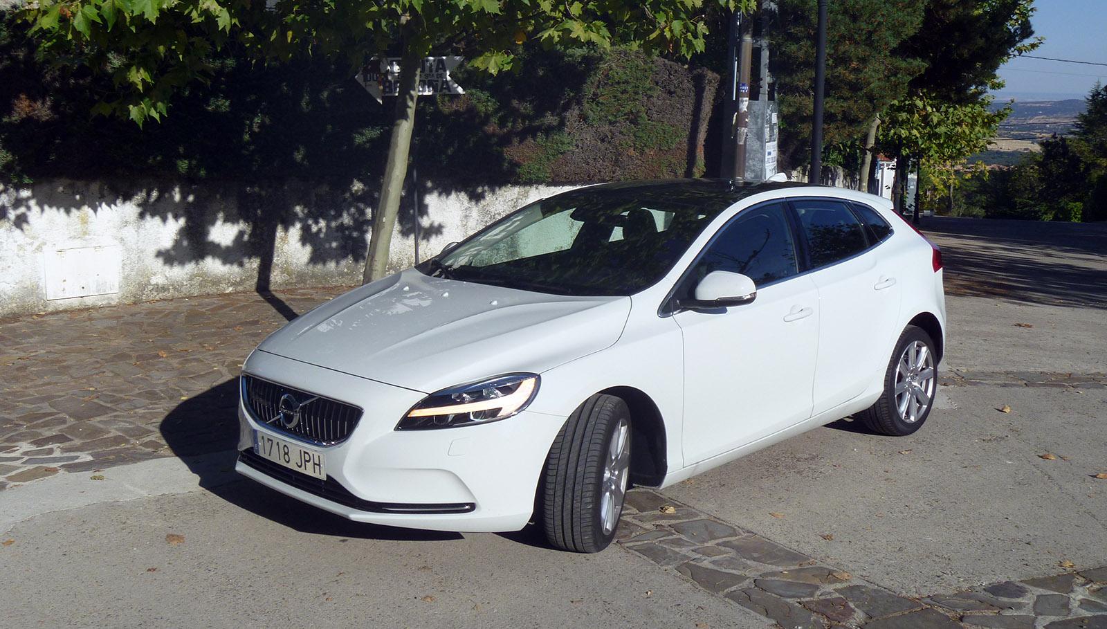 El Volvo V40 T2 es la versión de acceso en gasolina a la gama V40. Puede montar un cambio automático de 6 velocidades