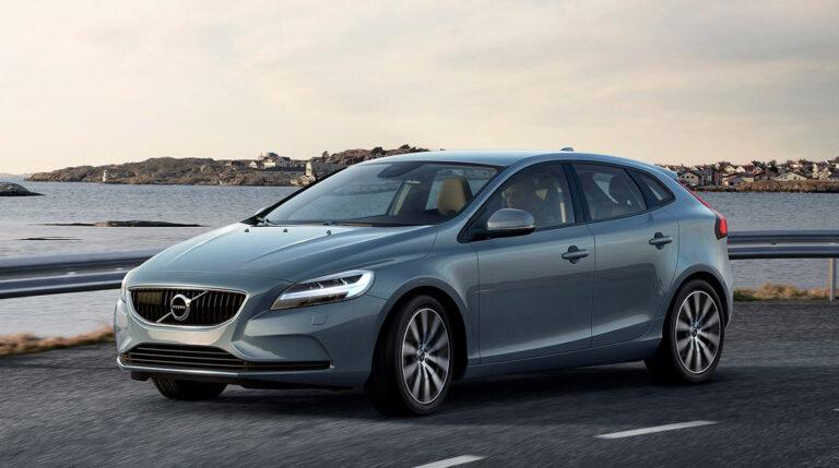 La nueva parrilla y los nuevos faros con el martillo de Thor en las luces diurnas caracterizan el frontal del renovado Volvo V40.