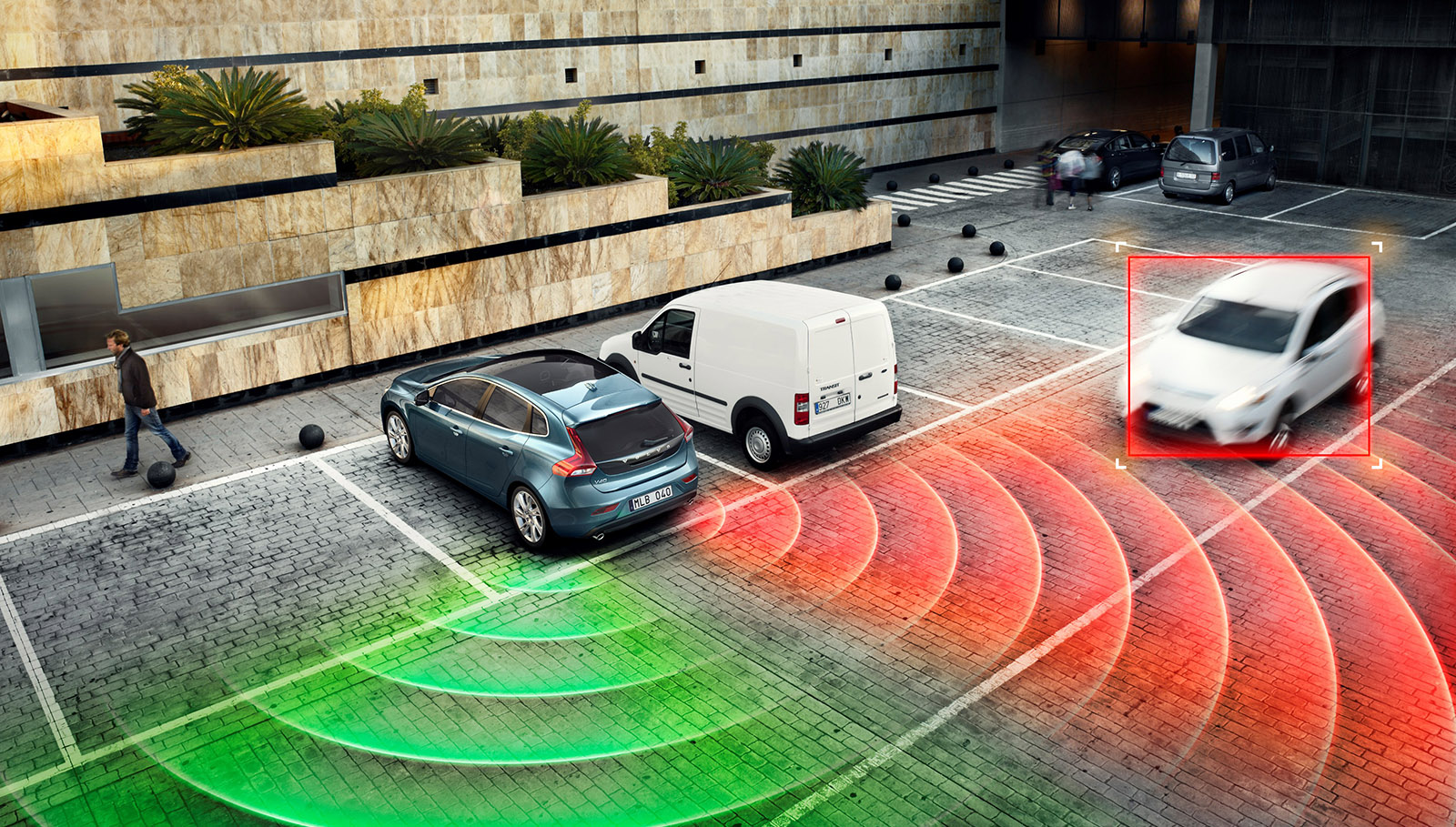 Este dispositivo de alerta de tráfico cruzado resulta especialmente útil al salir marcha atrás de un aparcamiento. Detecta a los vehículos que se acercan por el lateral.