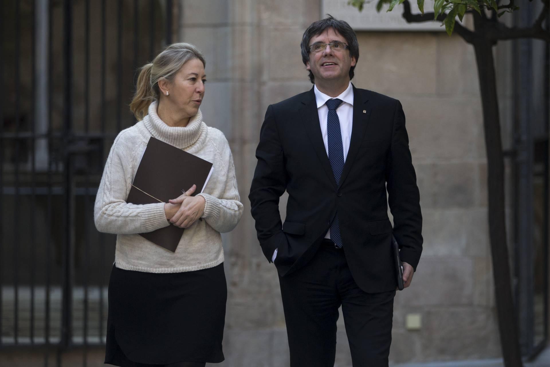 El presidente de la Generalitat, Carles Puigdemont, junto a la portavoz Neus Munté.